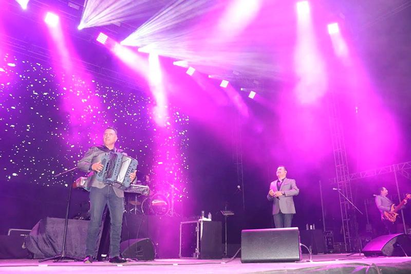 Conjunto Primavera pone a cantar a miles en la Feria de Colima - GenteAF